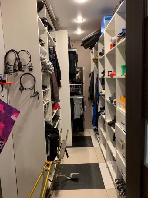Гордость квартиры — вместительная гардеробная с большим количеством полок