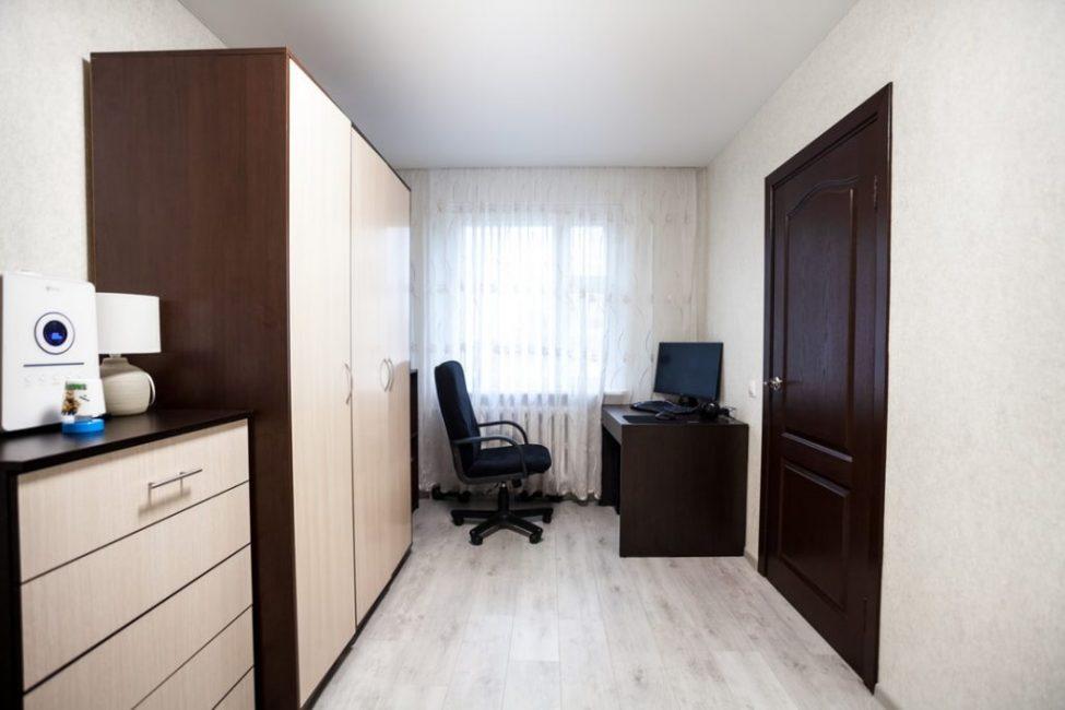 Во всех комнатах установили натяжные потолки — бюджетно, практично и быстро