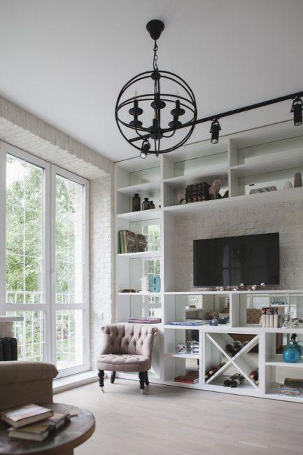 Прекрасная современная система хранения в виде белых полок отлично сочетается с освещением в стиле лофт