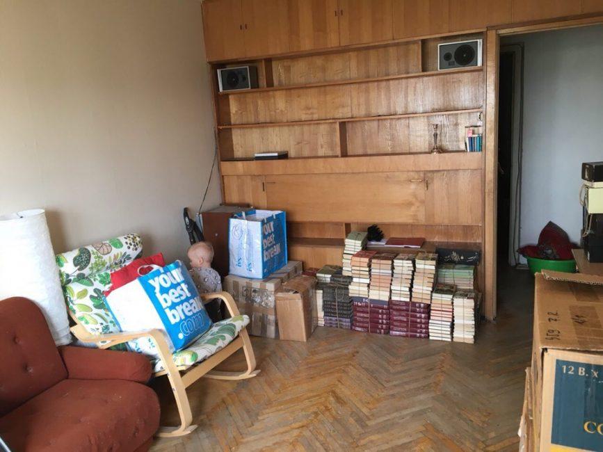 """В зале стояла большая """"стенка"""" с книгами, на полу был старый деревянный паркет"""
