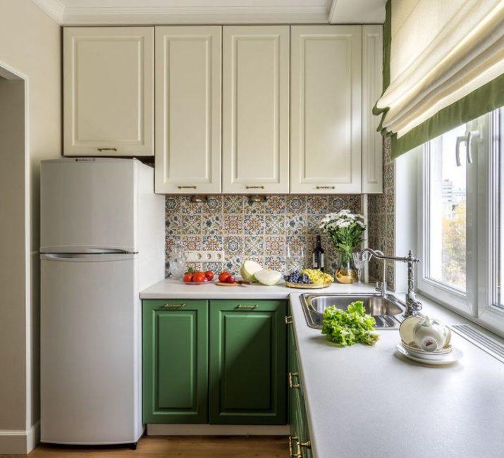 Чтобы выделить кухонный фартук, его отделали мелкой плиткой Mainzu