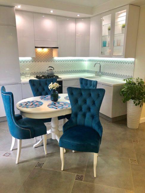 Кресла глубокого синего цвета прекрасно гармонируют со светлой кухней