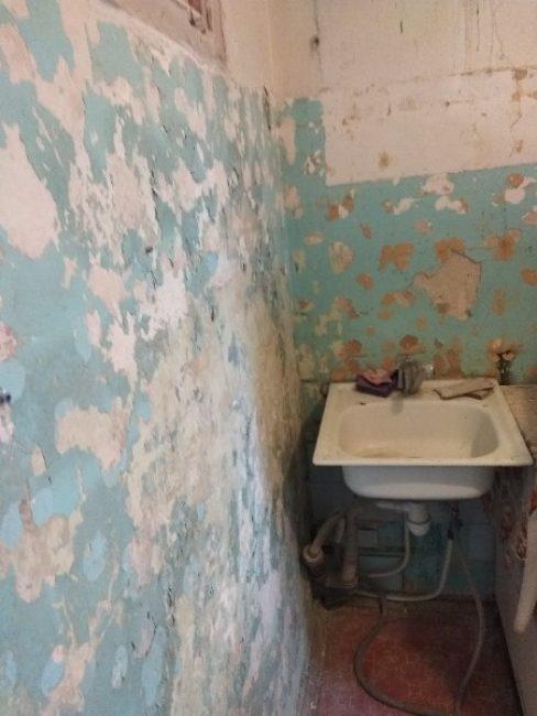Так кухня выглядела, когда с нее сбили старый кафель