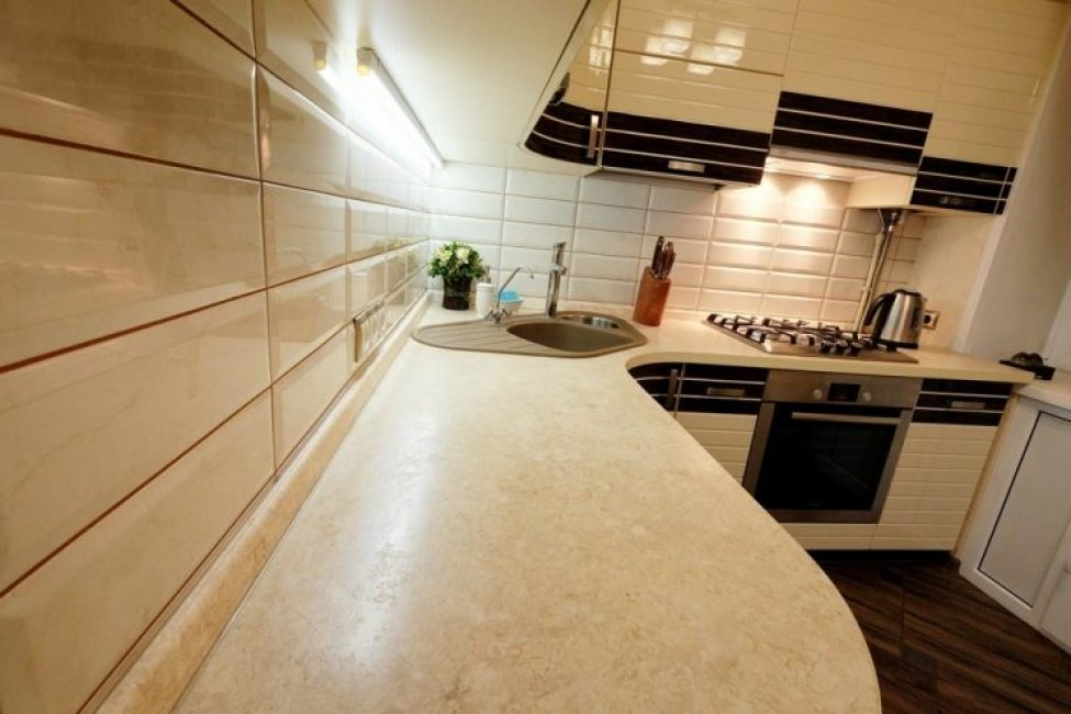 Практичные столешницы песочного цвета с закругленными углами максимально удобны и практичны для кухни