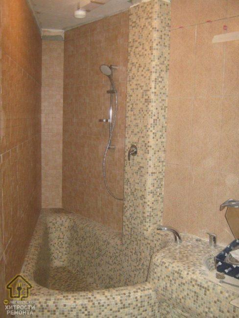 В самом углу соорудили ванную, которую полностью выложили мелкой мозаикой