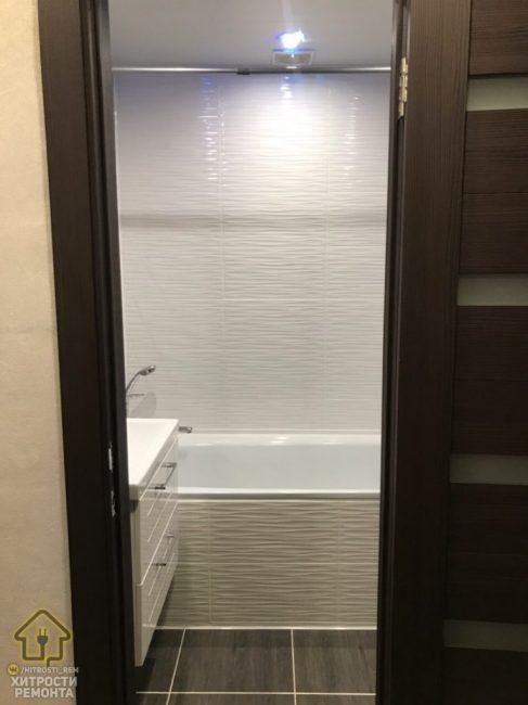 Двери выбрали темного коричневого цвета, который идеально сочетается с кафелем в ванной