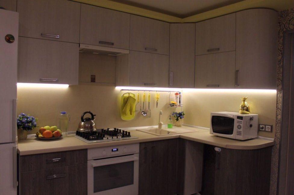 Мебельный гарнитур с удобной подсветкой над рабочей поверхностью