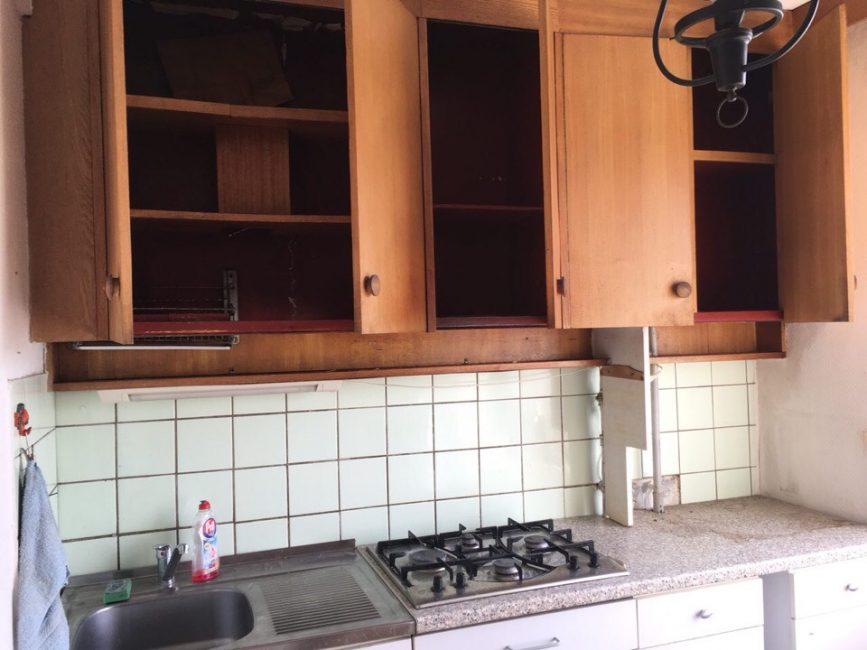 Кухня, хоть и выглядела аккуратно, была старой и скучной