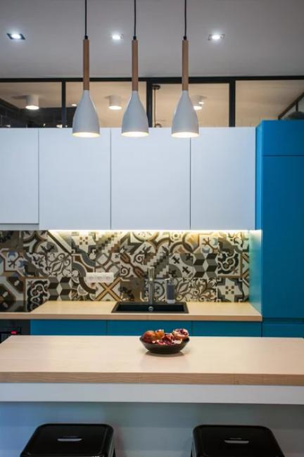 Ярким акцентом служит кухонный фартук из плитки с оригинальным орнаментом