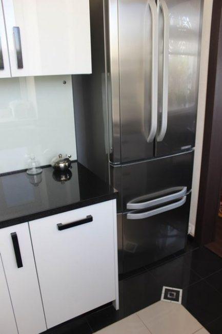 Холодильник решили выбрать стального цвета, чтобы не перегружать дизайн кухни