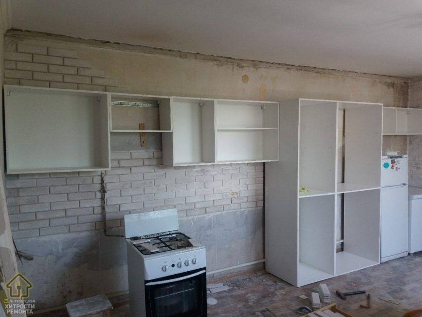 Корпусную мебель делали под заказ по размерам кухни. Ребята собирали ее самостоятельно