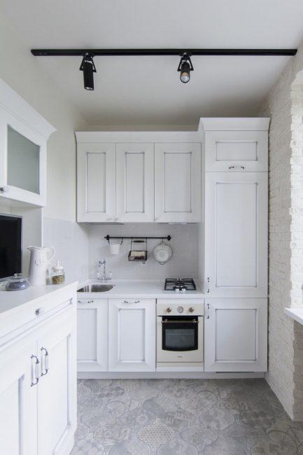 """Чтобы добавить дизайну больше """"лофта"""", было принято решение выложить стену кирпичом и покрасить ее в белый цвет"""