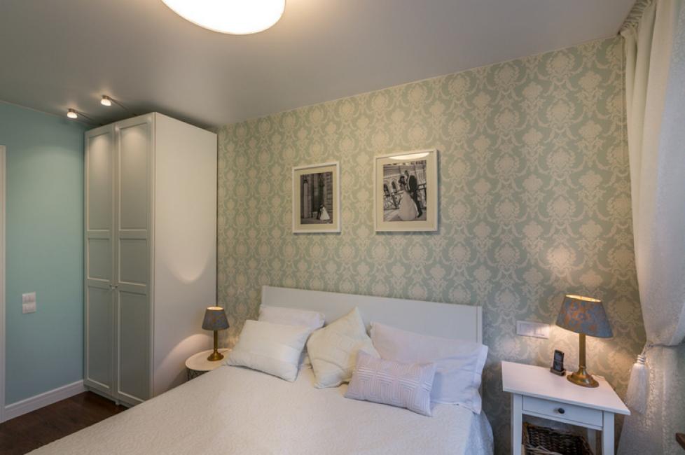 Спальню выполнили в светлых тонах в стиле прованс