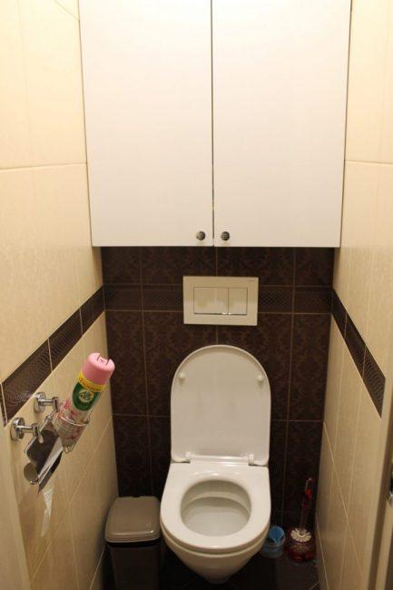 Туалет самый обыкновенный, кафель коричневый с бежевым