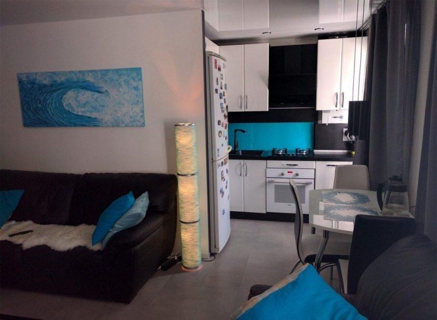 Чтобы квартира не выглядела серой и безжизненной, в интерьер добавили бирюзовых красок