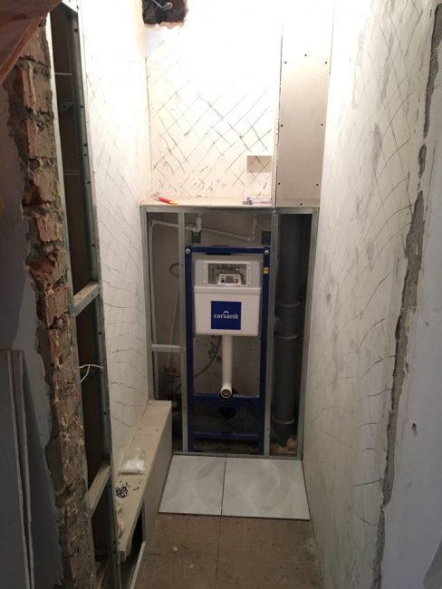 А это начало работ в туалете. Сантехнику выбрали фирмы Cersanit