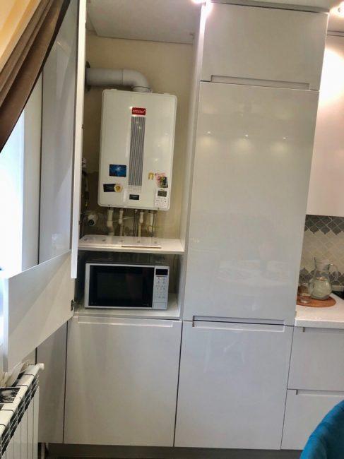 Газовый котел и микроволновка надежно спрятаны за шкафчиками, чтобы не портить общий вид кухни