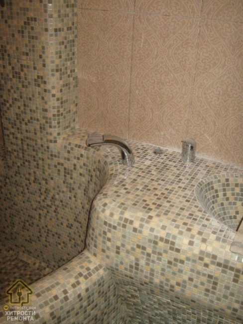 Есть и раковина, которая также как и ванная выложена той же мелкой мозаикой