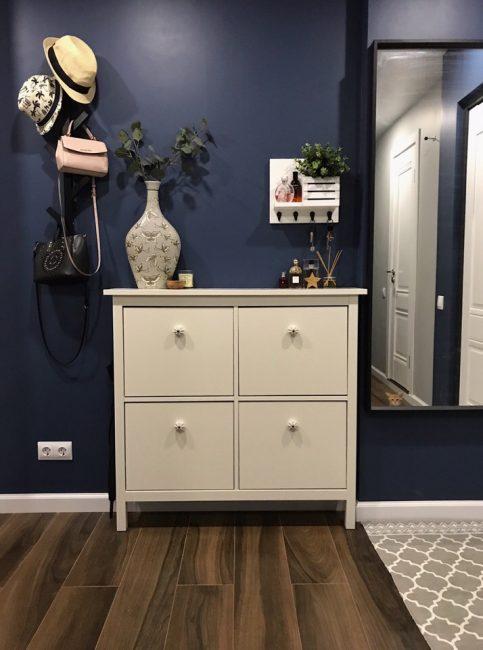 В коридоре — обои насыщенного синего цвета и белая мебель