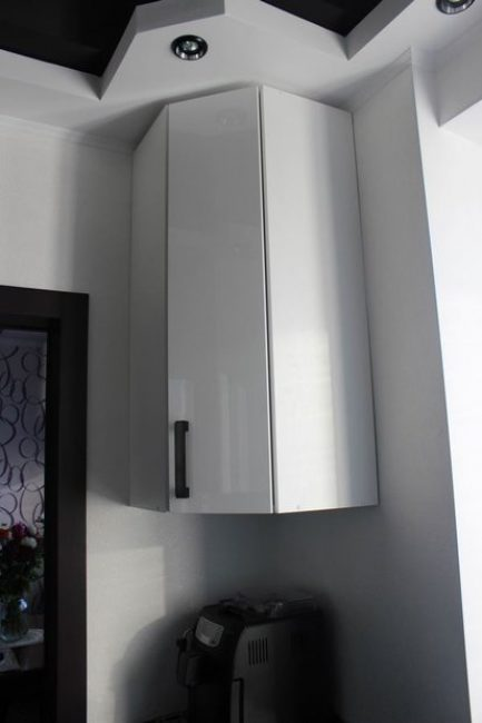 Стены кухни — белые жидкие обои, в которых встречаются серебристые вкрапления