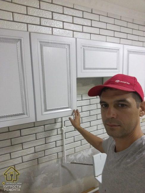 """Кухонный гарнитур решили также заказать белого цвета, чтобы добиться эффекта такой популярной """"чистоты"""" и разширить пространство"""