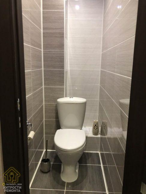 В туалете все довольно просто. Поменяли унитаз на новый и выложили плитку двух цветов на стены и пол