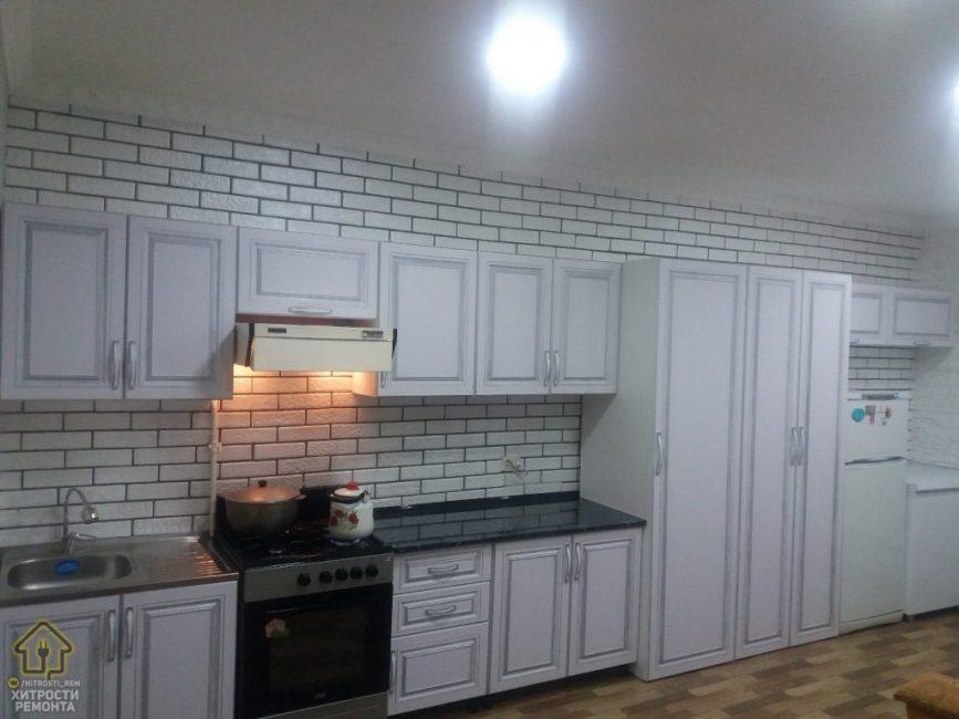 На полу — линолеум, потолок побелили и установили встроенные светильники