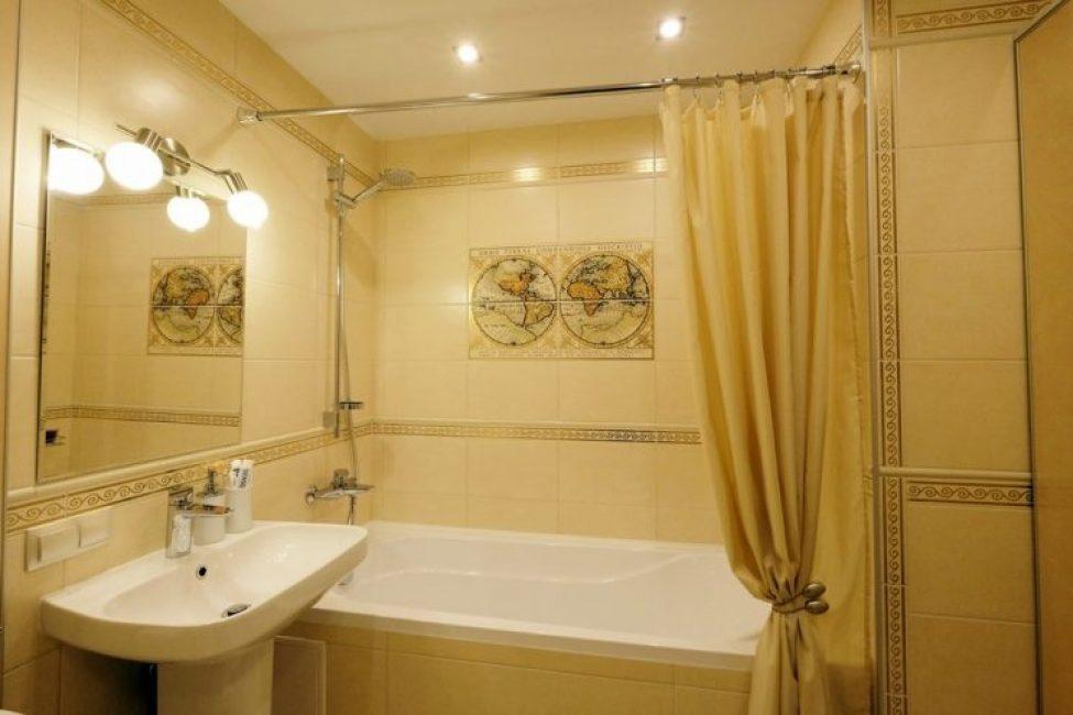 Обычную, казалось бы, ванную комнату, делает оригинальной декоративная плитка на стене