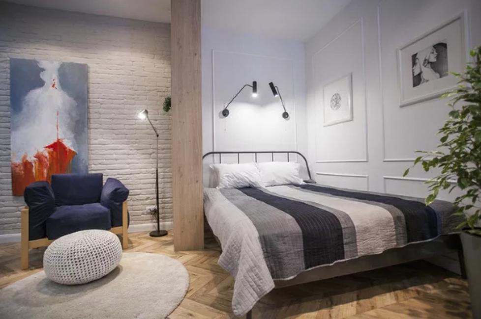Чтобы хоть как-то отделить зону спальни, возле кровати установили книжный шкаф