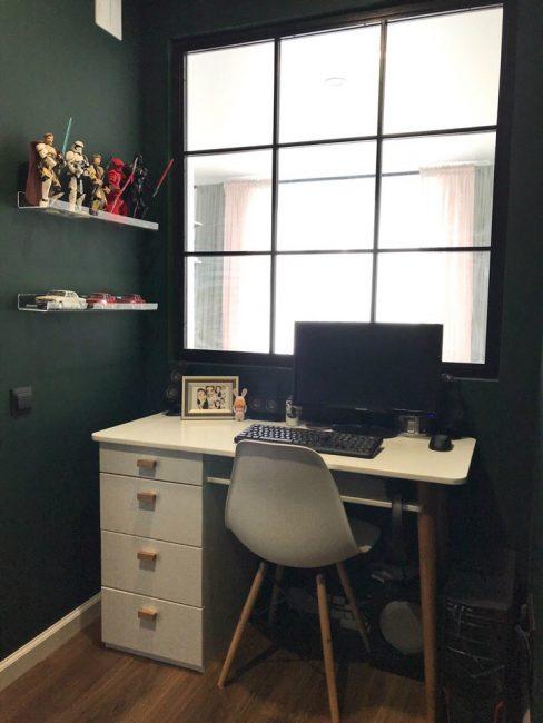 Рабочее место для подростка оформлено в стиле минимализм