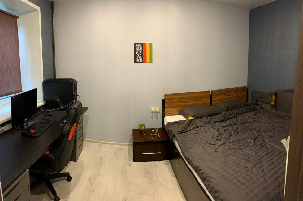 В спальне расположилась двуспальная кровать и письменный стол с компьютером