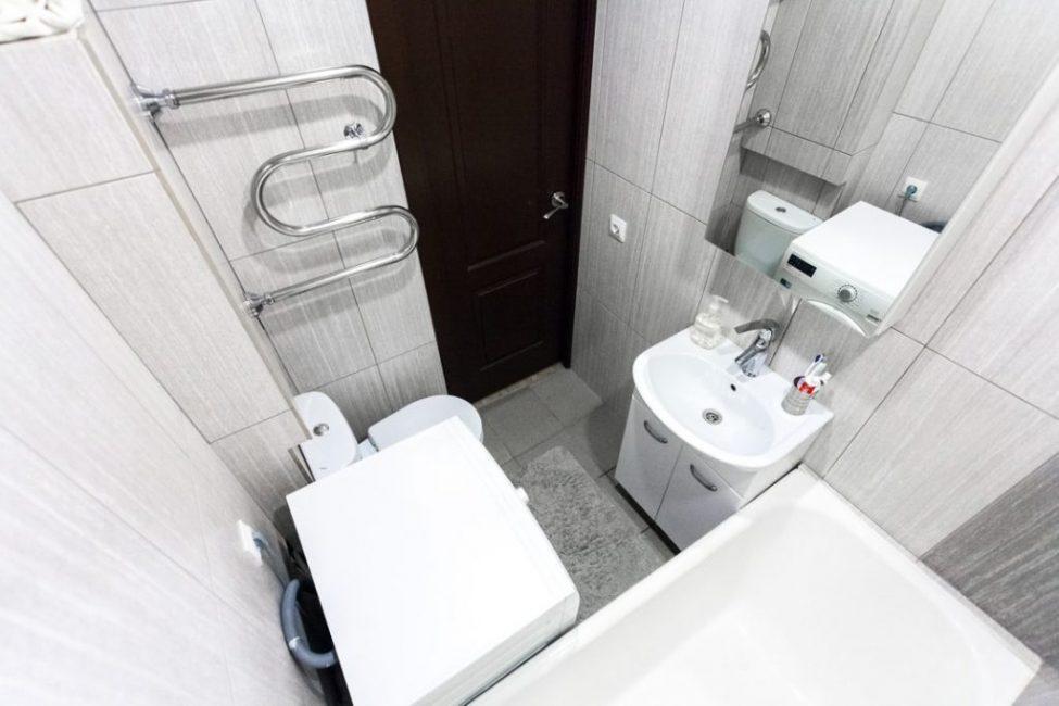 Вся сантехника и мебель небольших размеров, чтобы в ванной комнате можно было хоть как-то развернуться