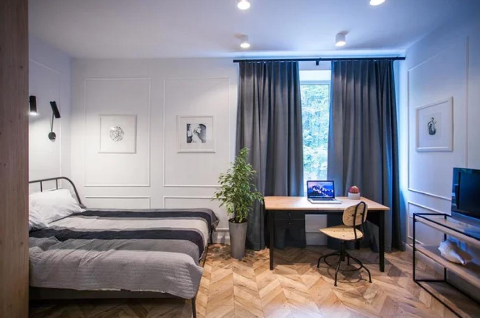 В импровизированной спальне поместили и уголок для работы