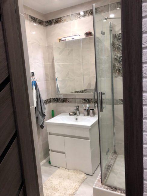 Демонтаж ванный позволил разместить тумбу с раковиной и большое зеркало