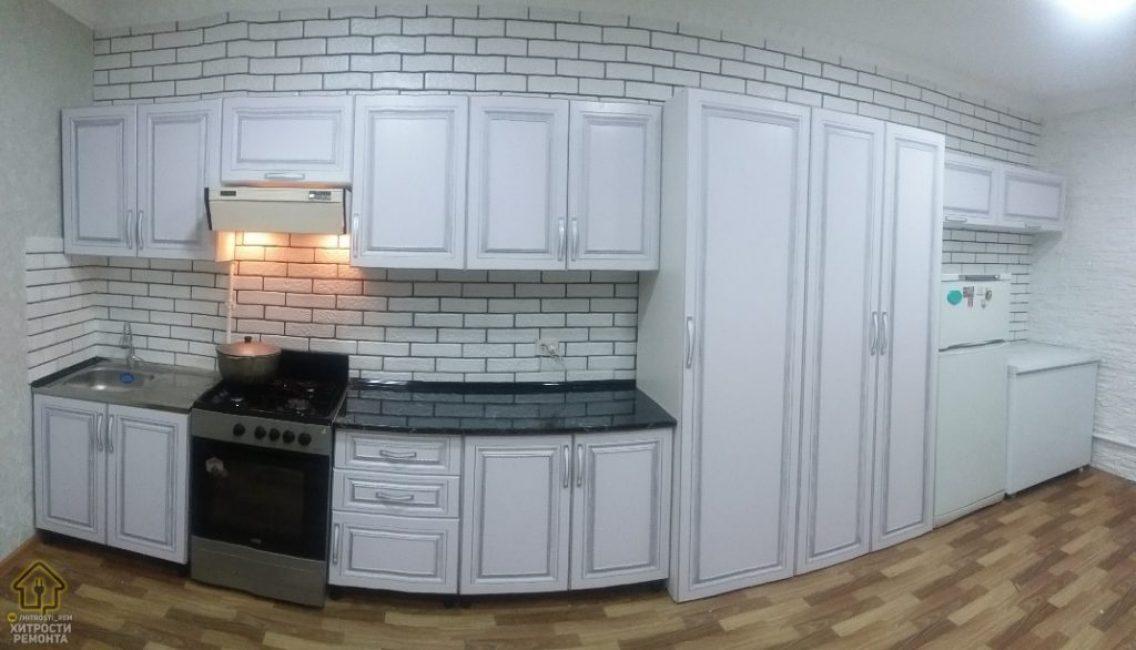 На кухне поместилось все самое необходимое, техника, в том числе большое количество полочек и шкафчиков для хранения