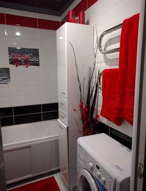 """Помимо стандартного """"набора"""" в ванной комнате расположился высокий пенал для мелочей"""