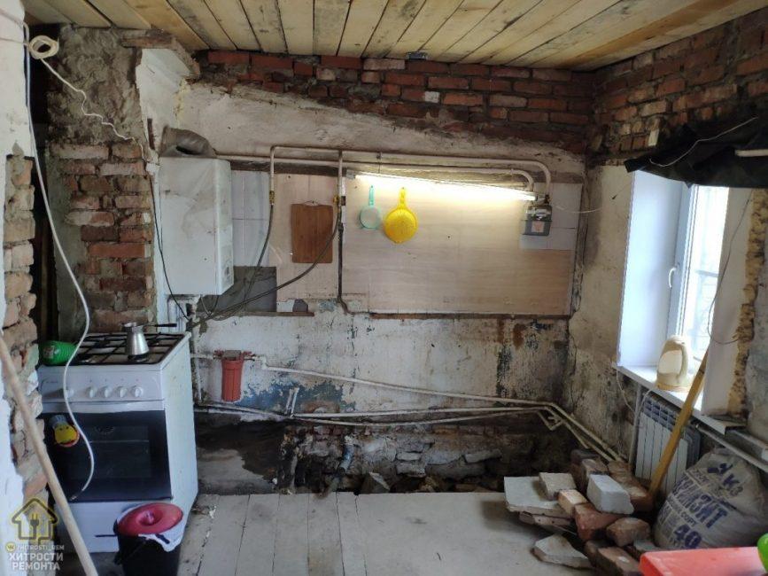 Это кухня до начала ремонта. Как видите, условия совершенно не пригодны для проживания