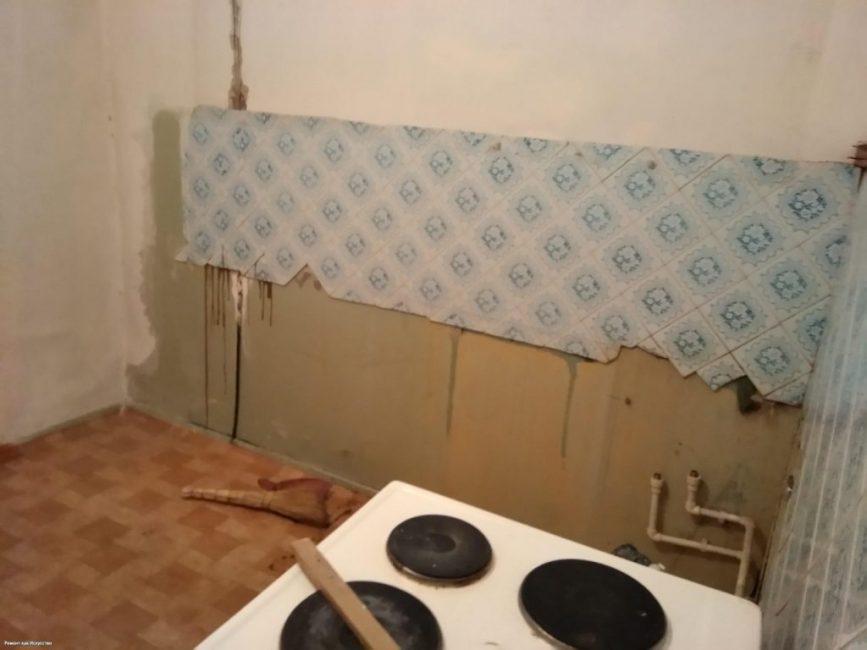 Вот так выглядела кухня перед ремонтом. Конечно, мебели было больше. Но, выглядела она не лучше, чем обои и линолеум