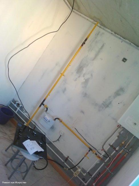 В квартире выровняли полы и стены, а также заменили трубы