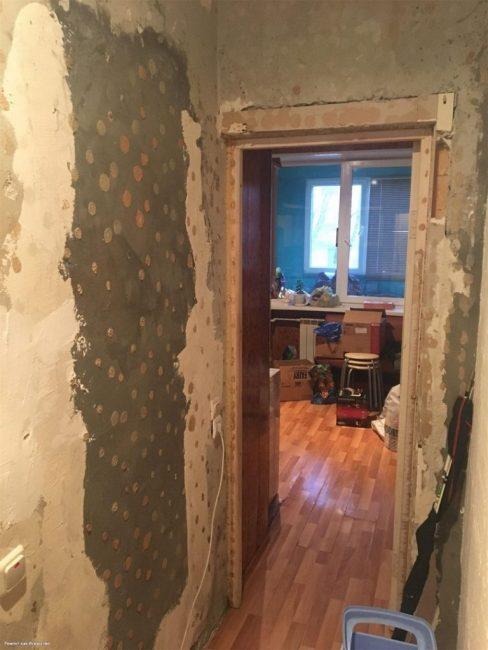 Как видно по фото, не только кухня, но и прихожая нуждается в ремонте