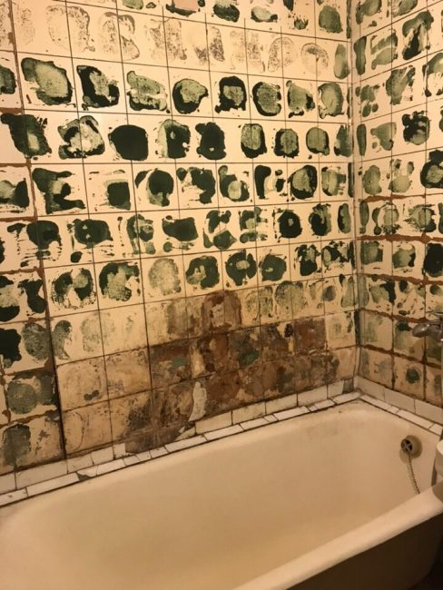 Старую плитку в ванной комнате пришлось оббить