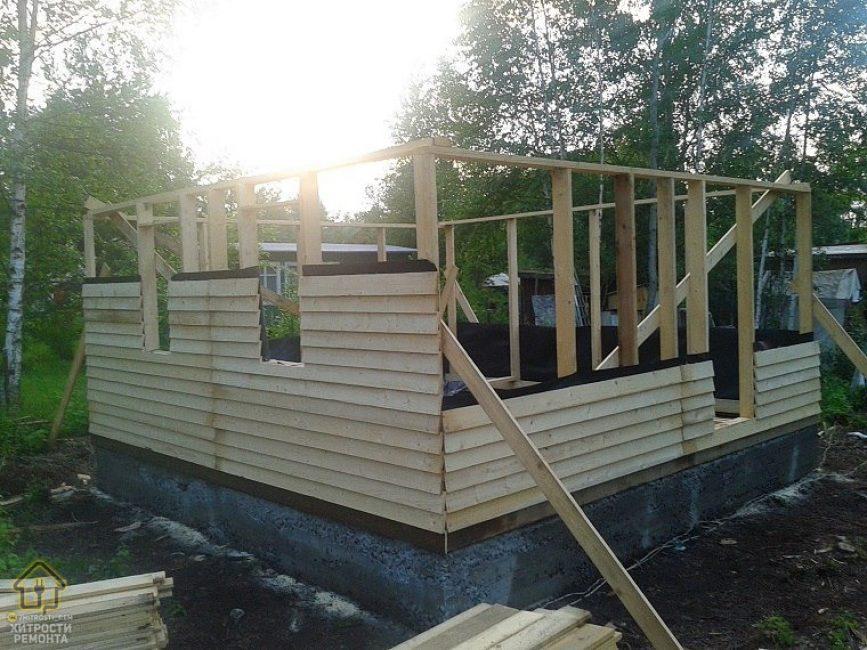 Первым делом папа с сыном залили фундамент 6 на 6. Затем начали сооружать домик из деревянных досок.