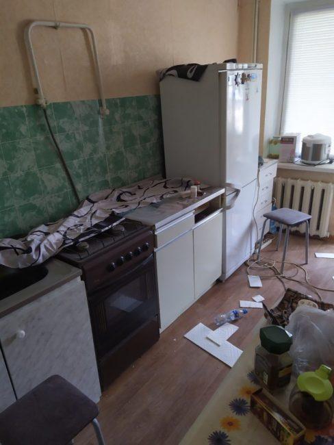 До ремонта на кухне красовались старые желтые обои и жуткий зеленый кафель, которым был выложен фартук.
