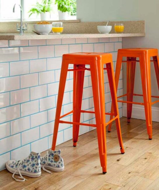 Затирка может перекликаться с цветом мебели или же наоборот — быть полностью противоположного цвета.