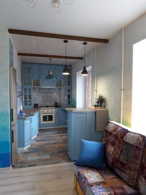 Вся квартира оформлена и выдержана в одном стиле. Но особого внимания удостоилась кухня. В процессе перепланировки ее соединили с залом, чтобы получилась студия.