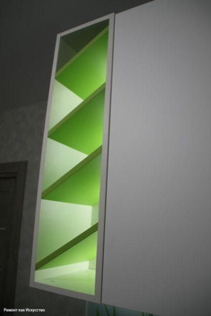 На полках сделали зеленую подсветку в тон растениям на фартуке
