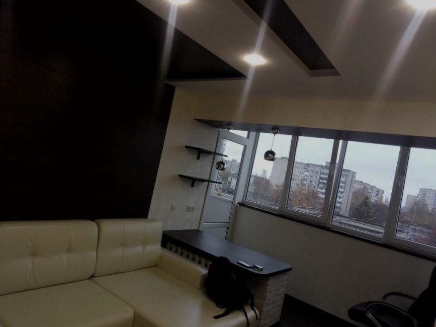 Из мебели в гостиной только большой кожаный угловой диван бежевого цвета, а также офисный стул, который поставили на лоджии.