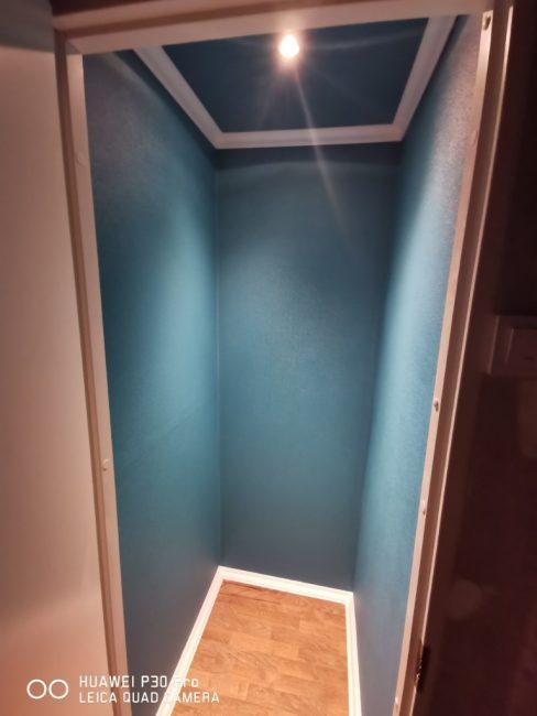 В перегородке осталось места для небольшой гардеробной или хозяйственной комнаты