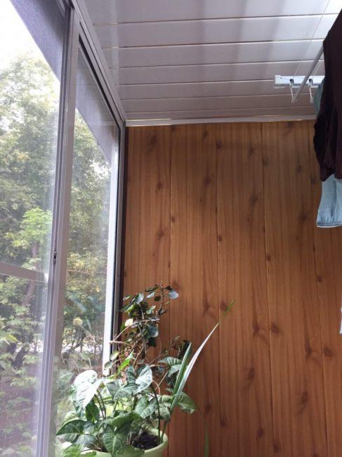 Потолок зашили пластиком. Балкон получился простым, но функциональным