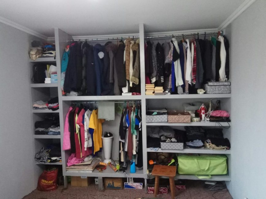 А вот так выглядит заполненная вещами гардеробная